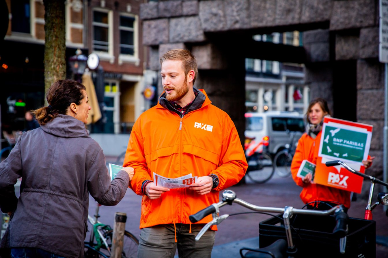 PAX was on the streets this morning in front of the BNP Paribas office in Amsterdam, joining simultaneous protests in more than a dozen countries. Photography @Lize Kraan
